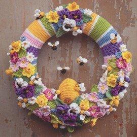 Gehaakte lente krans met bloemen en ....