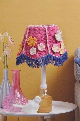 Haakpatroon lampenkap met bloemen.